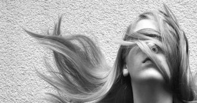 Масло волос: Как выглядят повреждённые волосы?  На повреждённых волосах имеются белые точки это ме…
