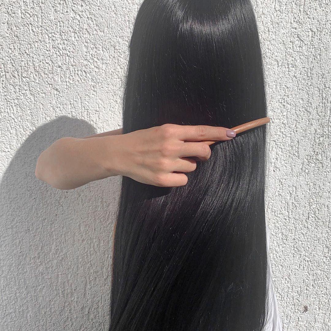 Остановить облысение: АРОМАРАСЧЕСЫВАНИЕ ⠀ Аромарасчесывание— это уход за волосами при помощи эфирных масел...